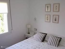 De achter slaapkamer met zicht op de Mas Fumats en de Pyreneeën.