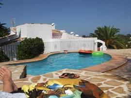 Op het zwembad straalt vol de zon. Dit in tegenstelling tot de lagere delen van het perceel dat schaduwrijk is.