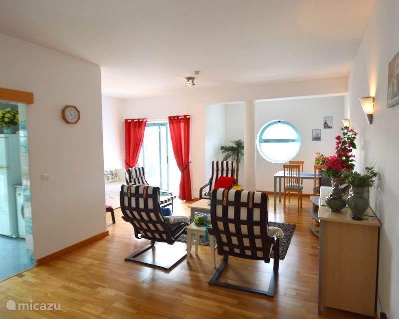 De ruime woonkamer is gezellig ingedeeld in een woon- en eetgedeelte