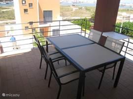 Het terras aan de woonkamer, ideaal voor uw ontbijt in de schaduw.