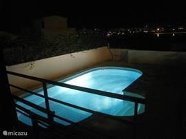 Eigen zwembad bij avond met op de achtergrond de rustige omgeving.