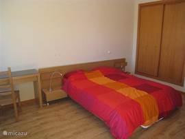 Nieuw ingerichte ouder slaapkamer met 2 persoonsbed met schuifpui naar eigen terrras met uitzicht over rivier, riviermonding en de zee.