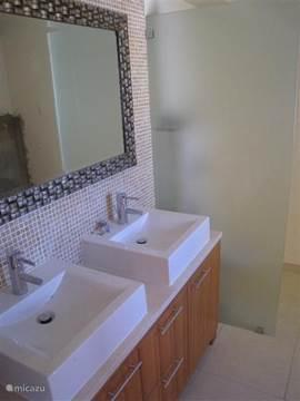 Een kijkje in een van de 3 badkamers.