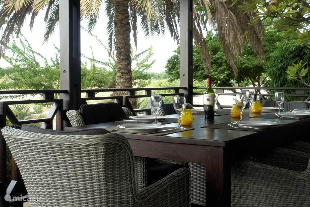 Eettafel met prachtig uitzicht op tropisch groen.
