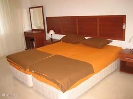 De grote slaapkamer op de 1e verdieping, (ca 20 m2) met een grote 3 deur kast schuifwand.