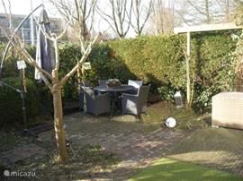 De tuin vanaf de loungehoek gezien