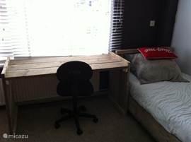 Slaapkamer met ruime zithoek en tv