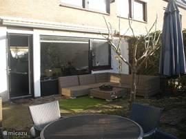 De heerlijk besloten tuin met lounge hoek en eethoek