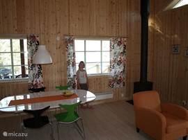 impressie van de woonkamer met houtkachel