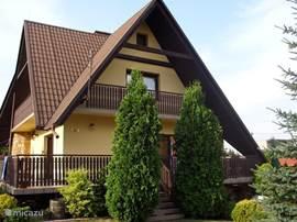 De villa is aan 2 zijden omgeven door een grote veranda en heeft 3 balkons, grenzend aan de slaapkamers op de eerste etage.