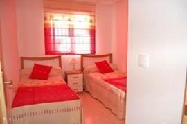Dit is de tweede slaapkamer, met in de kast spelletjes voor het strand en tennisrackets