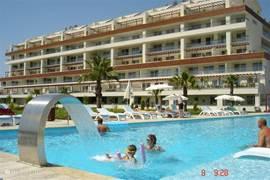 Het buitenzwembad is 40m lang en 10m breed, het is ruim voorzien van ligbedden en parasols.