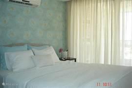 De Master Bedroom heeft een en-suite badkamer en een ruime garderobe-kast, ze heeft direct toegang tot het terras.