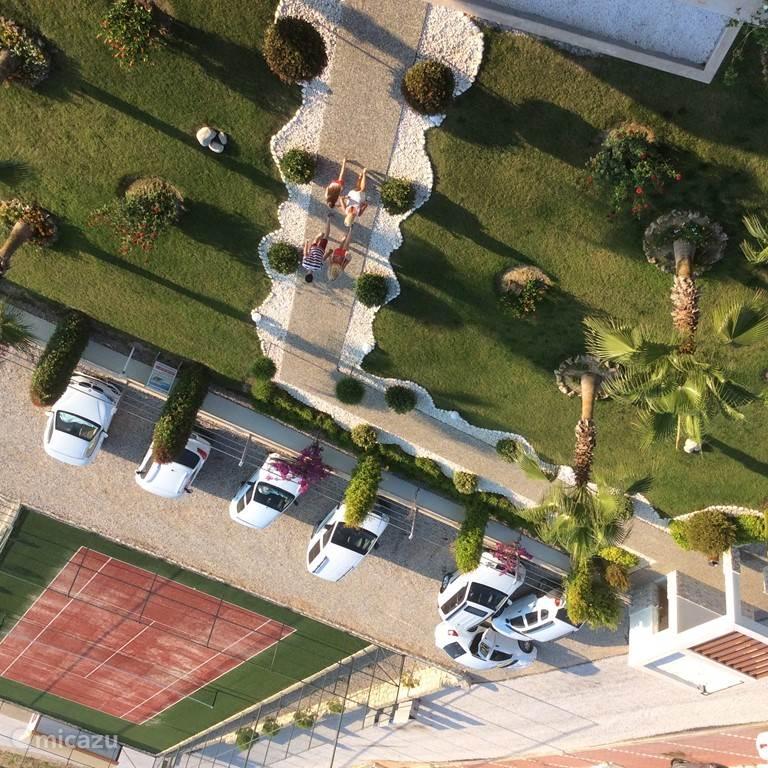 Tennisbaan en ruime parkeergelegenheid.