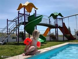 Kinderzwembad met speeltuin voor de kleintjes