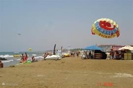 Het strand is op slechts 650 meter van Babylon en biedt verschillende  watersportactiviteiten, vooral parasailing is erg populair