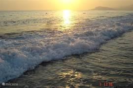 's avonds nog even slenteren over het strand terwijl de zon langzaam onder gaat