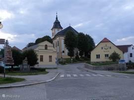 De kerk met links ervan het postkantoor en rechts het lokale museum.