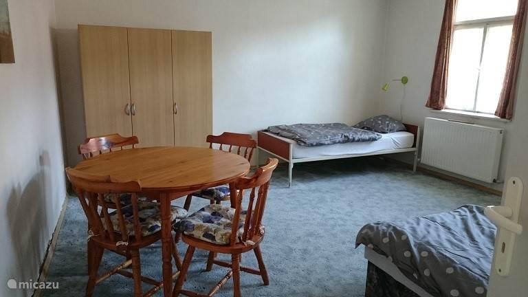 Grote slaapkamer met lits-jumeaux en eenpersoonsbed.