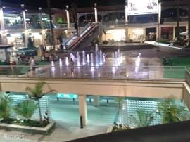 Zenia Boulevard is een mega winkelcentrum met gratis parkeerplaats. In het seizoen is er dagelijks een programma optredens van diverse groepen. Voor kinderen is er een speel paradijs en een  waterballet waar ze in kunnen  spetteren tijdens de warmere dagen.