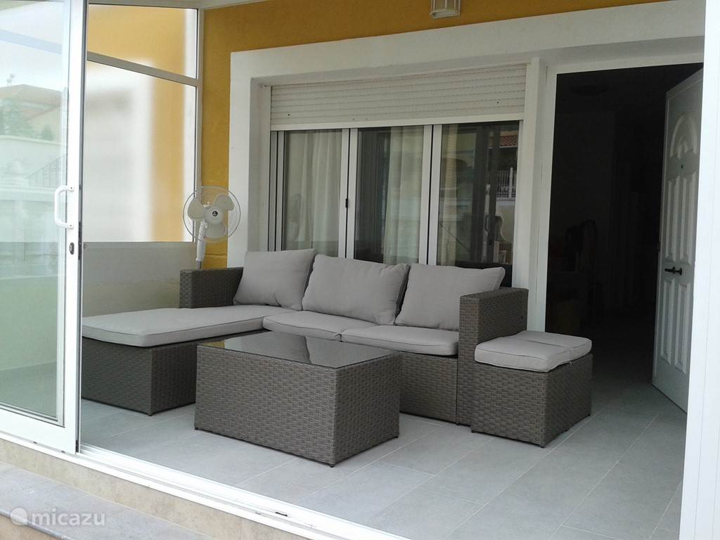 Recent is er een serre aangebouwd waar je heerlijk kan zitten. Er is ook een buiten barbecue aanwezig .