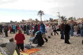 Iedere 25e december om 12.00 is het gezellig op het strand.