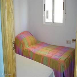 kleine slaapkamer met twee eenpersoonsbedden op de 1e etage.