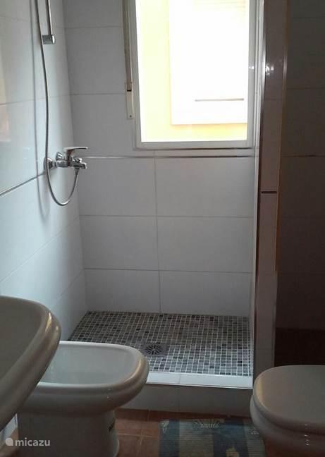 Badkamer is recent betegeld, inloopdouche, bidet, wastafel en toilet.