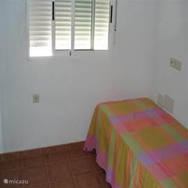 Grote slaapkamer met twee eenpersoonsbedden op de 1e etage.