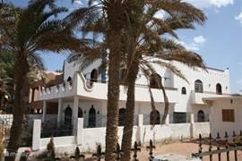 Das Haus mit gewölbten Fenstern und Türen im arabischen Stil