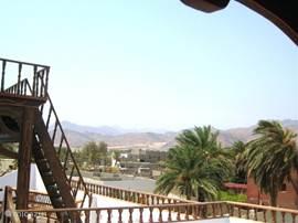 Achteruitzicht naar bergen om Asalah-Dahab heen