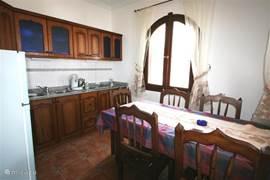 De keuken met handgemaakte meubels in het design van het huis