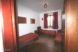 De 3 pers. slaapkamer met hang/legkast en nachtkastjes