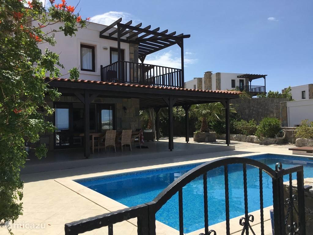 villa luxus villa am meer in g ndogan g is t rkei mieten micazu. Black Bedroom Furniture Sets. Home Design Ideas