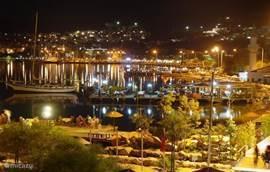 'S-avonds is de baai prachtig verlicht. Iedereen is daar te vinden. Alle restaurantjes plaatsen tafeltjes op steigers die de zee in lopen. Bij kaarslicht en ruisende golven, kun je romantisch dineren voor nog betaalbare prijzen