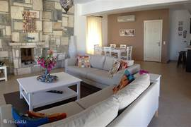 Een ruime kamer, grote open keuken en rondom zicht op terras en de baai. Alle kamers in huis zijn voorzien van airco