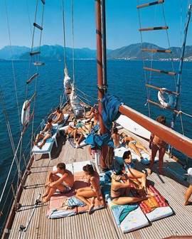 De zee is in de baai van Gündogan helder blauw en rustig. Het strand loopt geleidelijk af waardoor ook kleinere kinderen van het water kunnen genieten. Boek ook eens een mini-cruise: deze zijn de moeite waard.