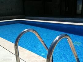 Een duik in het eigen zwembad en daarna met een goed boek, een drankje en wat olijven in de zon opdrogen...