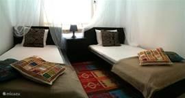 En een derde slaapkamer (airco) met twee aparte bedden. Er zijn drie badkamers waarvan één met ligbad. Voor iedereen privacy dus