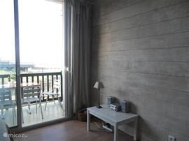 woonkamer met uitzicht op zee