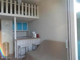 keuken en mezzanine, comfortable slaapbank beneden en 2 persoonsbed boven.
