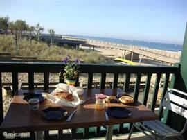 lekker ontbijten op het balkon met uitzicht oceaan