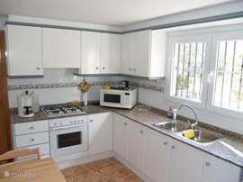 Moderne gemütliche Küche. Ausgestattet mit allem Komfort und viel Stauraum