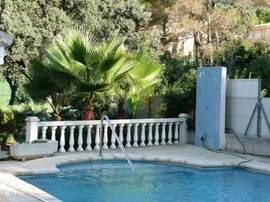 Zwembad met buitendouche.Het zwembad heeft een zgn. romeinse trap. Half rond met in het midden een leuning.