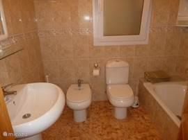 2e badkamer, Zeer geriefelijk met een wastafel, bidet, toilet en ligbad.