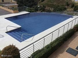 Uitzicht vanaf het terras op infinity pool.