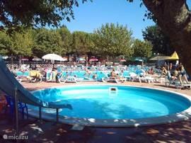 Gezellig zwembad, gratis voor mijn gasten! Vooraan het kinderbad met glijbaan en op de achtergrond het familiebad.