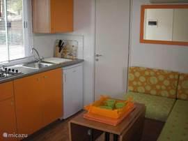 Een ingerichte keuken met magnetron, koelkast, gasfornuis en koffiezet zal u een thuisgevoel geven.