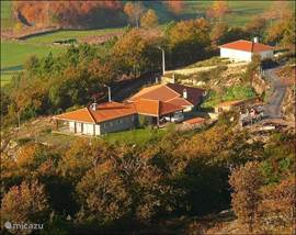 links ziet u Casa da Cabreira, het eigenlijke pension. Lopend langs het witte huis rechts komt u in het schilderachtige dorpje Carrazedo.