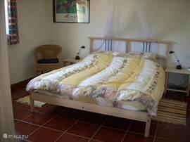 slaapkamer 1 ligt op het noorden zodat deze 's zomers heerlijk koel blijft. Een eigen badkamer en een vestibule garanderen u optimale privacy. 's Winters is de kamer behaaglijk warm dankzij de kachel die aan de andere kant van de muur brandt, zodat gebruik van de CV-radiator zelden nodig is